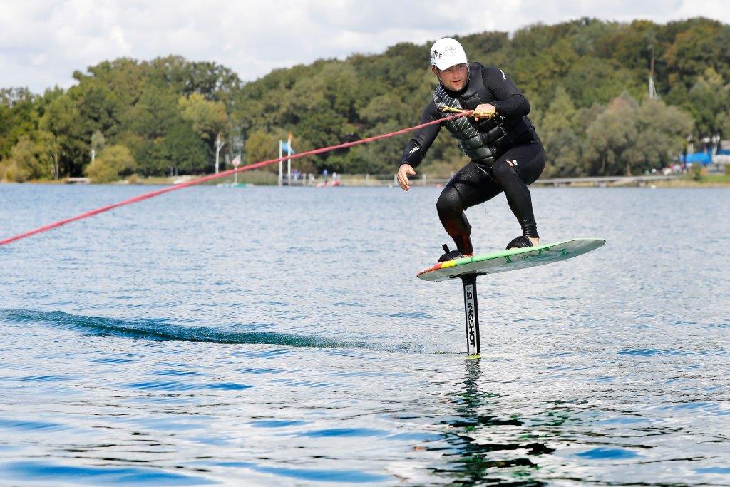 Hobbywakeboarder Ralph Kurz demonstriert den neuen Fun-Sport Wake-Foiling