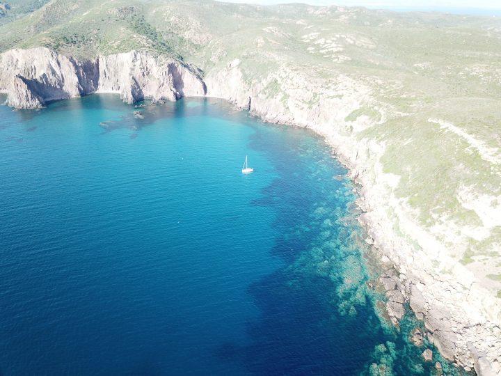 Segelyacht vor der Steilküste von San Pietro.
