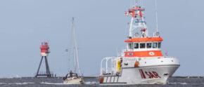 Seenotrettung vor Borkum mit Segler im Schlepp