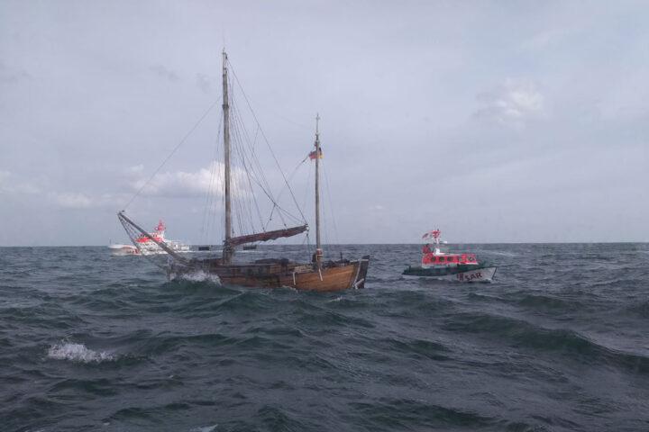Seenotrettungskreuzer BERNHARD GRUBEN und Tochterboot JOHANN FIDI an einem havarierten Segelboot, das starken Wassereinbruch hatte. 8. August 2021