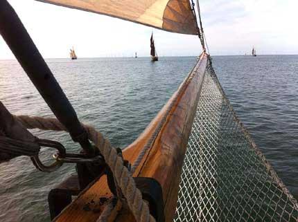 Beim Auslaufen der Haikutter war der Wind noch stark genug.