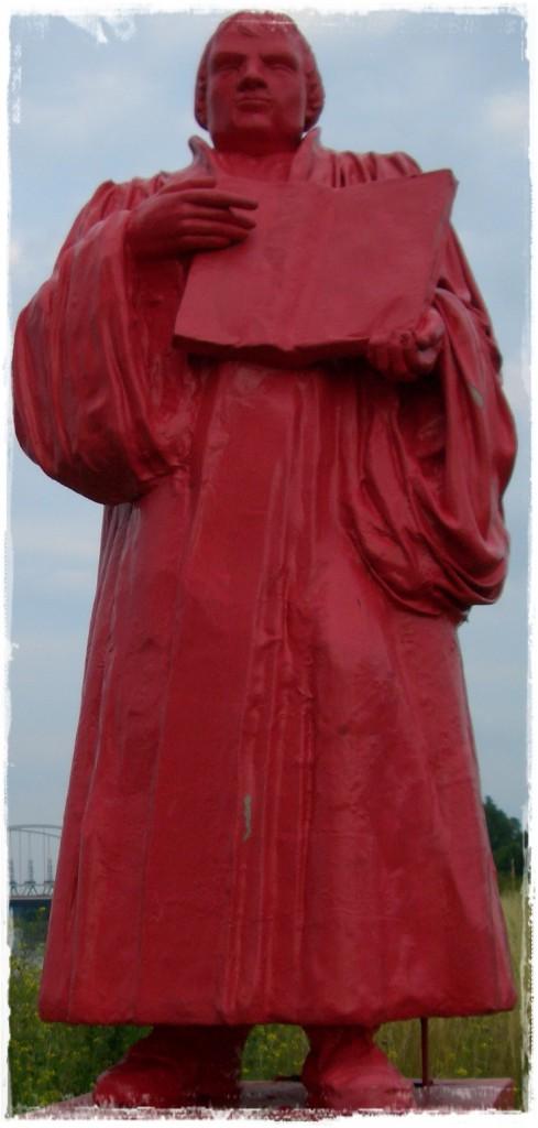"""Der """"Rote Luther"""" an der Hafeneinfahrt."""