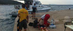 Arzt und SeaHelp-Mitarbeiten können die Schwerverletzte sicher an Land bringen.