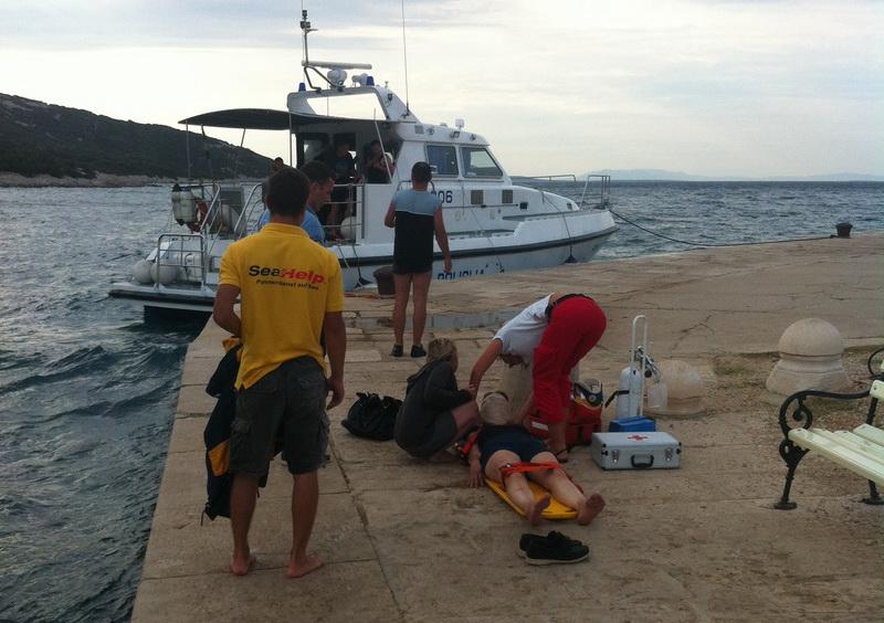 Arzt und SeaHelp-Mitarbeiter können die Schwerverletzte sicher an Land bringen.