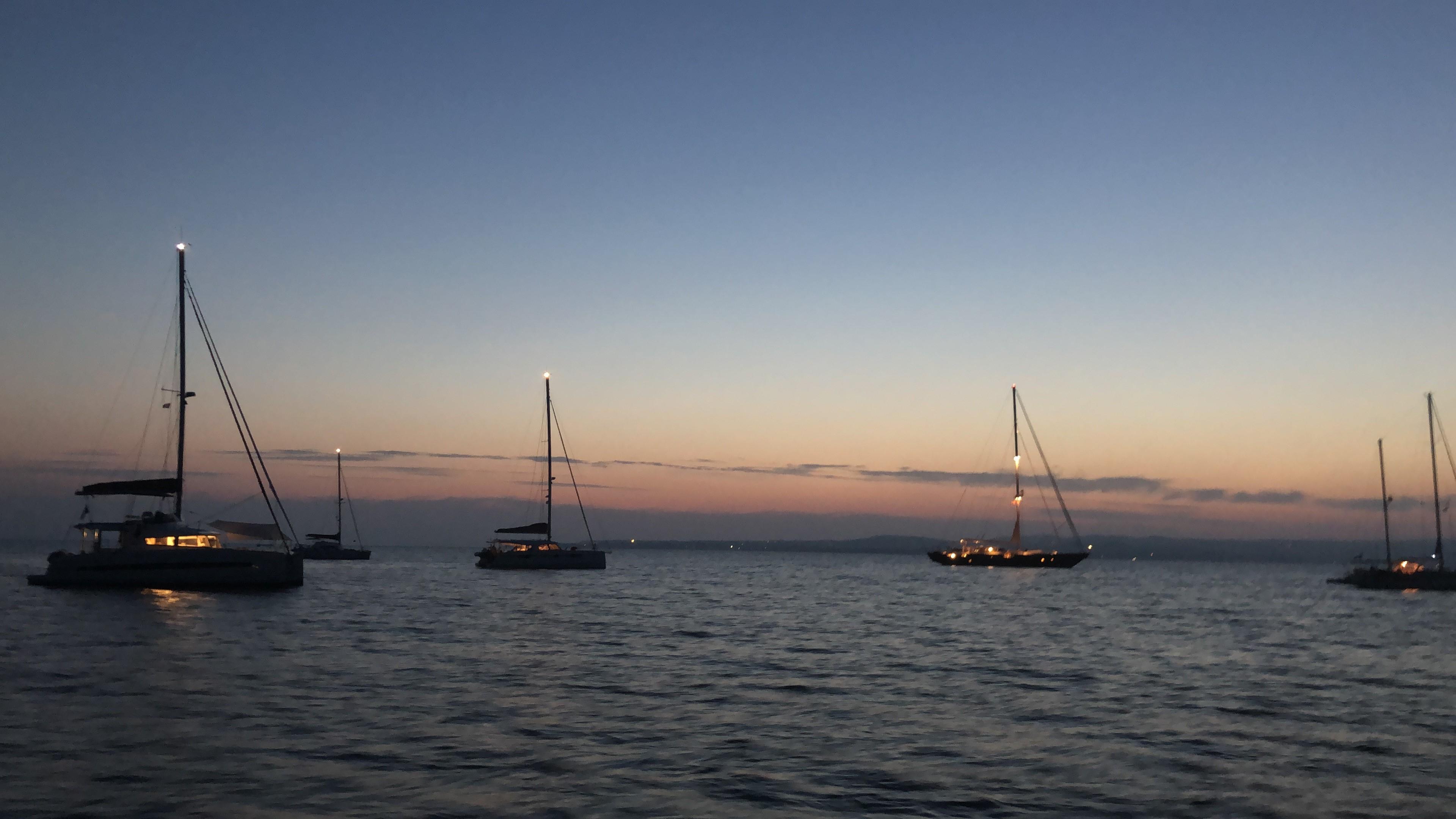 Yachten führen von Sonnenuntergang bis Sonnenaufgang ein Ankerlicht.
