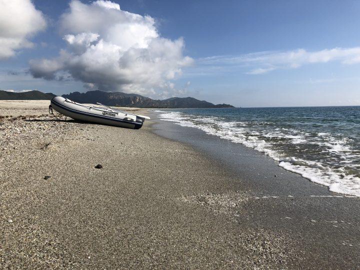 Mit dem Dighi von Ankerplatz an den Traumstrand der Costa de Rei auf Sardinien.