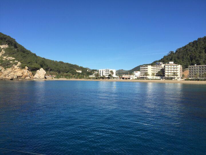 Ankerplatz in der Cala San Vincente auf Ibiza.