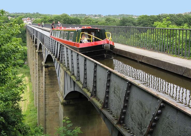 Fahrt über eines der beeindruckenden Aquädukte.