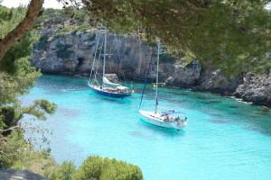 Charteryacht in der Cala Pi auf Mallorca