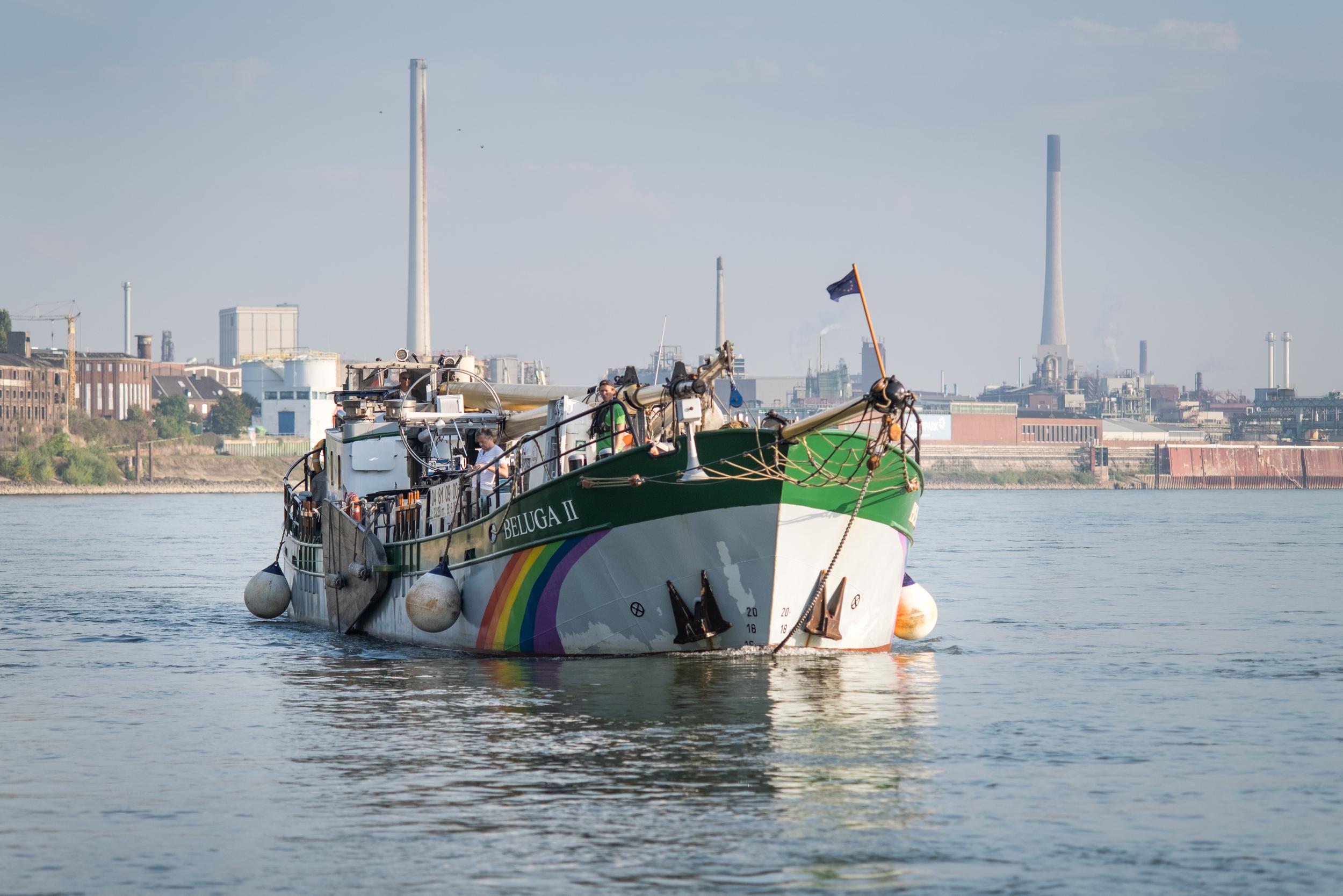 Mit dem Aktionsschiff Beluga II untersucht Greenpeace die Verschmutzung mit Mikroplastik im Rhein zwischen Duisburg und Koblenz. Wissenschaftler und Wissenschaftlerinnen nehmen Wasserproben und Sedimentproben, sieben Mikroplastik aus und analysieren dieses auf die chemische Zusammensetzung in einem Labor auf dem Schiff.
