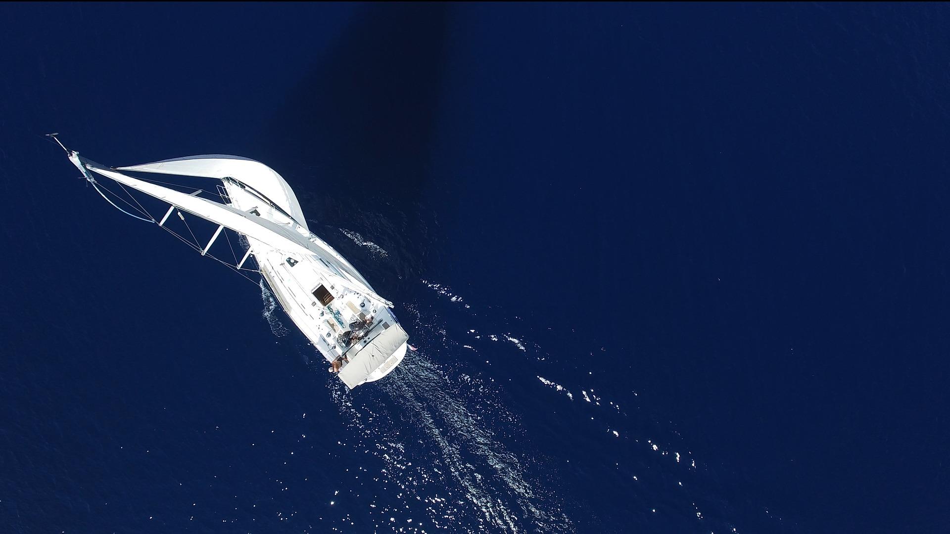 Segelyacht aus der Luft