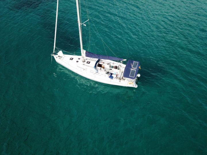 Blauwasseryacht im westlichen Mittelmeer vor Anker.