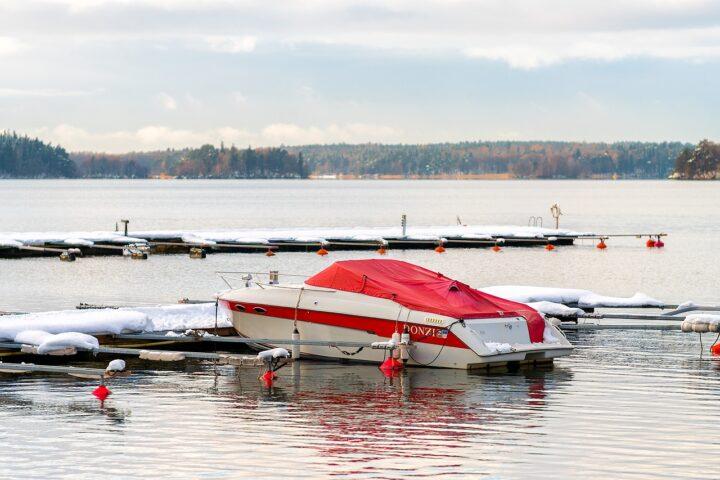 Motorboot im Winter