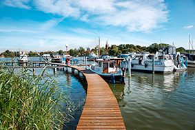 Idyllische Marina vor der Inselstadt Werder an der Havel