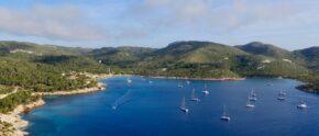 Charteryachten im Naturhafen von Cabrera, ein Pflichtbesuch für jede Mallorca-Charter.