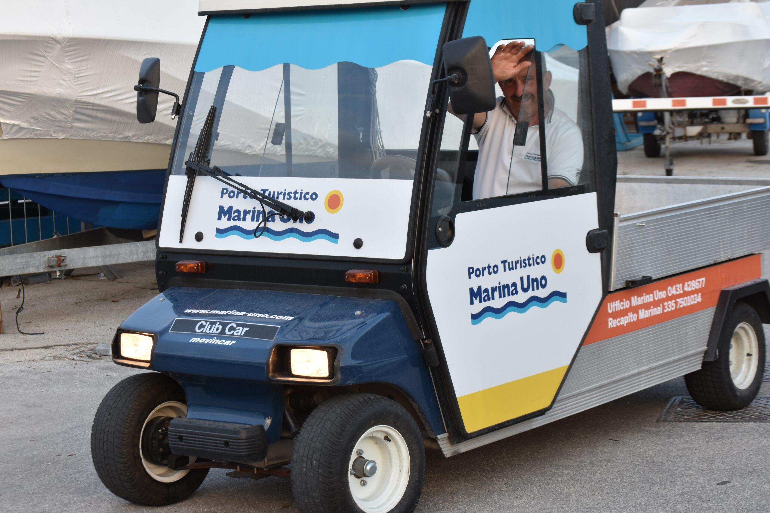 Elektrocart für den Transport zwischen den Stegen in Porto Turistico Marina Uno Resort.