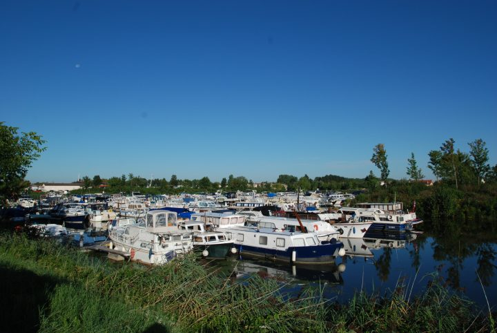 Hausboote im Burgund in Frankreich.