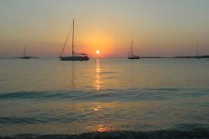Auch nach Sonnenuntergang liegen die Yachten sicher in S´Espalmador vor Boje