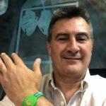Giorgio Ardito mit Armband, das einen kontaktlosen Zutritt zum Strand ermöglicht. © Soc. Lignano Pineta