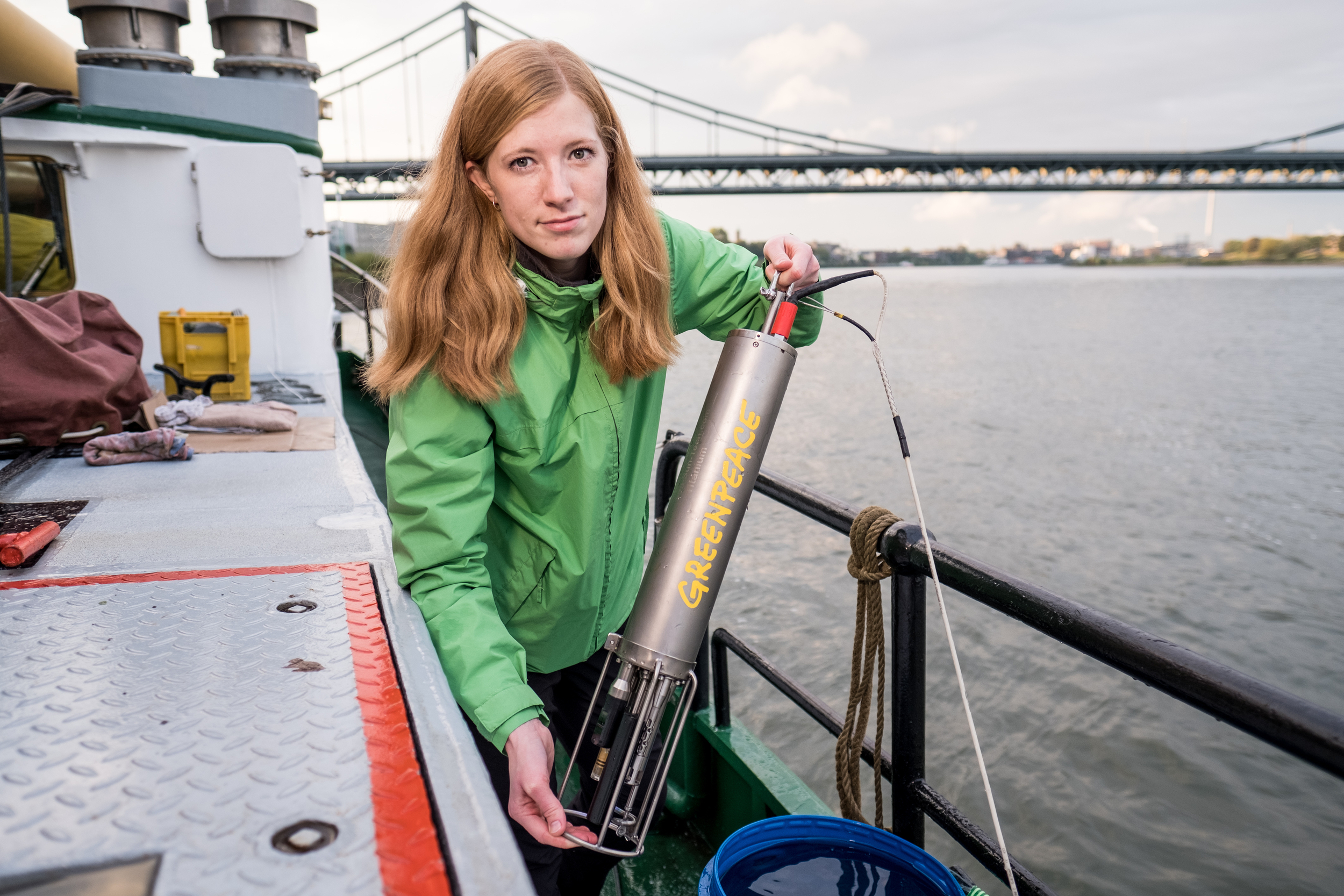 Mit dem Aktionsschiff Beluga II untersucht Greenpeace die Verschmutzung mit Mikroplastik im Rhein zwischen Duisburg und Koblenz. Wissenschaftler und Wissenschaftlerinnen nehmen Wasserproben und Sedimentproben, sieben Mikroplastik aus und analysieren dieses auf die chemische Zusammensetzung in einem Labor auf dem Schiff. Nahe Krefeld machen Greenpeace Aktivisten eine 24 Stunden Messung mit einem Manta-Trawler ausgestatteten Schlauchbooten.