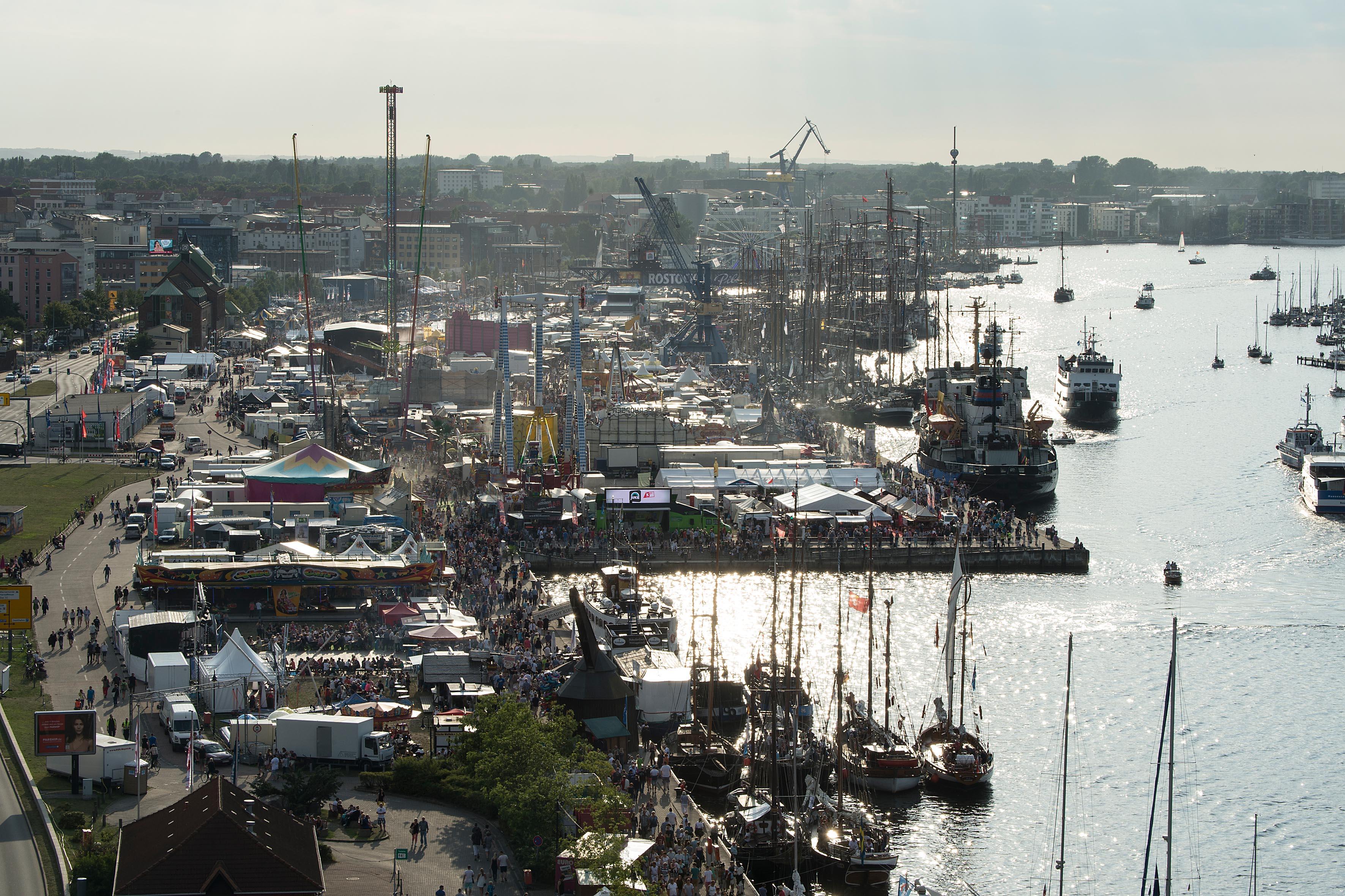 Maritim und unterhaltsam präsentiert sich die Bummelmeile im Rostocker Stadthafen, Foto: Lutz Zimmermann