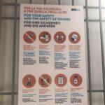 Mehrsprachige Hinweisschilder erleichtern das Verständnis der Regeln. © Soc. Lignano Pineta.