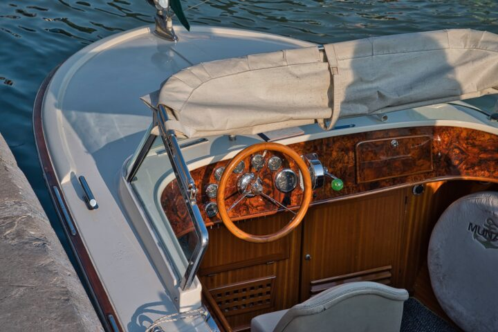 Motorboot Cockpit