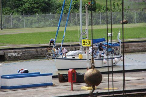 Segelyacht im Panamakanal