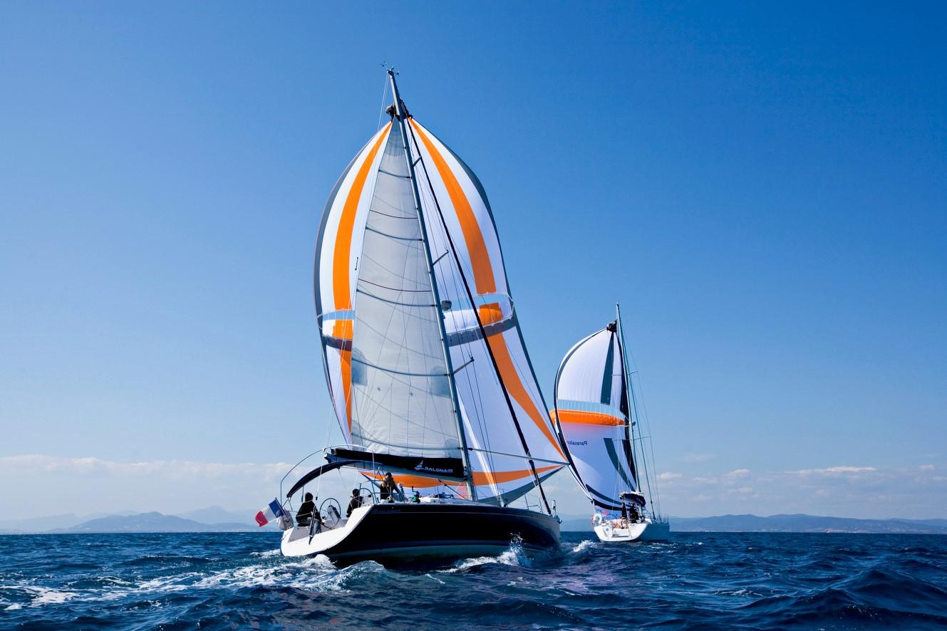 Charteryachten mit Vorwindsegel an Côte D´Azur.
