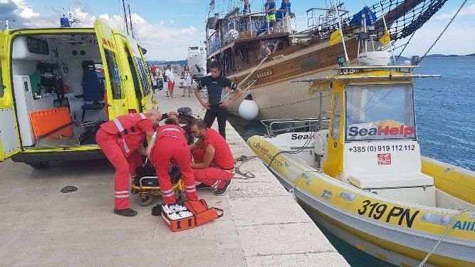 Erstversorgung noch auf dem SeaHelp-Einsatzboot: Der lebensgefährlich Verletzte wird für den Abtransport per Rettungshubschrauber vorbereitet.