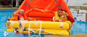 Zwei Mann in Seenot: Rettungsinsel auf der boot Düsseldorf.