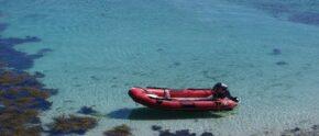 Schlauchboot in einer Bucht