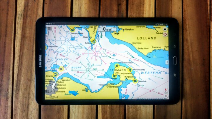 Tablet mit Navigations-App an Bord eines Kleinkreuzers.