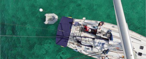 Segelyacht vor Anker Mittelmeer